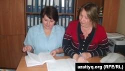 Психологи алматинского городского реабилитационного центра для детей с ограниченными возможностями Лариса Голованова (слева) и Светлана Скачкова. Алматы, 9 июня 2014 года.