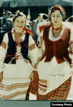 Натальля Арсеньнева (справа) і Яніна Шабуня-Каханоўская на дэманстрацыі ў Дзень паняволеных народаў. Нью-Ёрк, 1950-я гг.