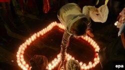 Praqada qadın keçmiş prezident Vaslav Havelin xatirəsinə şam yandırır
