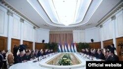 Өзбек-тажик делегацияларынын жолугушуусу.