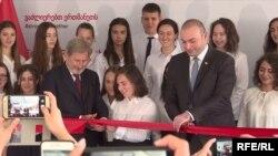Johannes Hahn și premierul Mamuka Bakhtadze la inaugurarea oficială a licerului