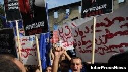 «Gürcü arzusu» koalisiyası tərəfdarları Zuqdididə yerli seçkilər komissiyasının yaxınlığına toplaşıb