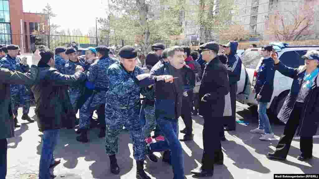 В Астане участники акциис требованием «освободить политзаключенных» собрались у зданий дипломатических представительств европейских стран, по улице Космонавтов.