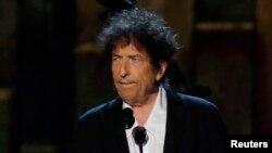 2016 елда әдәбият өлкәсендә Нобель бүләгенә ия булган җырчы Боб Дилан