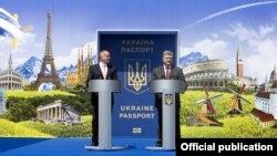 Президент Украины Петр Порошенко (п) с президентом Словакии Андреем Киской в день запуска безвиза, 11 июня 2017 года