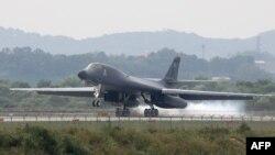 Bombarduesi amerikan B-1B në bazën ajrore në Pyeongtaek