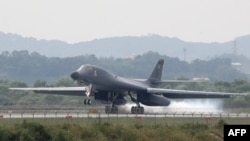 Американский бомбардировщик B-1B взлетает с базы ВВС США в Южной Корее. 21 сентября 2016 года.