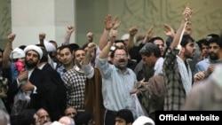 در روز ۲۲ بهمن سال جاری عدهای با پرتاب مُهر نماز و کفش و نعلین مانع سخنرانی رئیس مجلس ایران شدند.