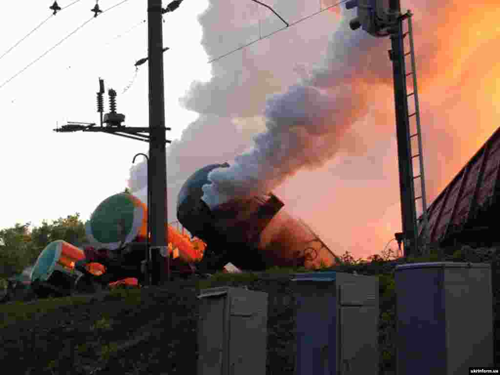 Ukraine - A freight train carrying yellow phosphorus in fire after it derailed in western Ukraine, 16Jul2007 - 16 липня 2007 Поїзд, завантажений жовтим фосфором, зійшов з рейок і загорівся (Львівська область). Приблизно 100 осіб потрапило до лікарні, навколишня природа зазнала контамінації