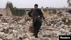 Бойцы Свободной армии Сирии на руинах в Алеппо, 17 декабря 2012 года.