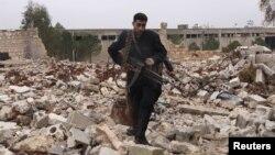 Սիրիա -- Սիրիական ազատ բանակի զինյալը հողին հավասարեցված բնակավայրում, 17-ը դեկտեմբերի, 2012թ․