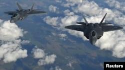 Два американских самолета F-22 Raptor