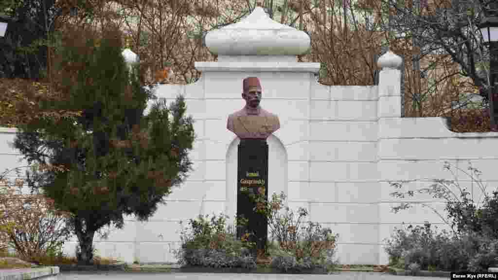 Пам'ятник Ісмаїлу Гаспринському, кримськотатарському інтелектуалу, просвітителю, видавцеві, політику і дисиденту, який отримав популярність і визнання серед всього мусульманського населення Російської імперії