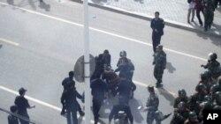 Қытай қауіпсіздік қызметі өкілдері Шилийн хот қаласындағы шерушілерді ұстап жатыр. Қытай, 23 мамыр 2011 жыл.
