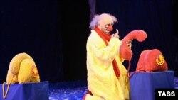 11 лет Вячеслав Полунин, работая в Москве, не имеет своего театра.