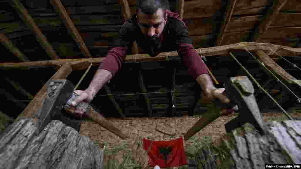 27 жастағы жаттықтырушы Мирланд Гаши карантин кезінде үйде өзі құрастырған құралды қолданып, жаттығып жатыр. Косово.