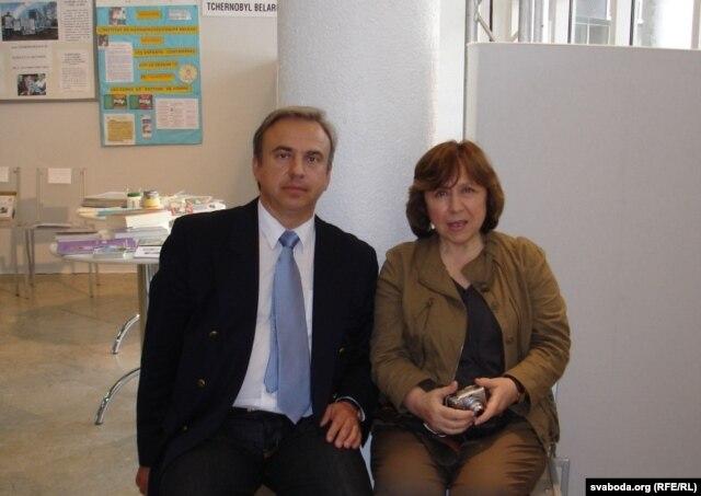 Юры Бандажэўскі і Сьвятлана Алексіевіч на Чарнобыльскай канфэрэнцыі ў Парыжы, 2008