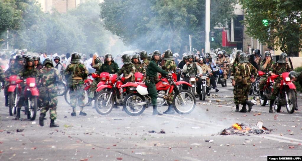 تجهیزات و پوشش موتورسوارها که همراه با حرکت همزمان دهها موتور و نیروهایی با صورتهای پوشیده و باتوم به دست بود، تعمداً نوعی انتخاب شده بود که از نگاه حکومت نوعی رعب و وحشت بین معترضان خیابانی ایجاد کند.
