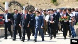 Делегацијата на владата составена од членови од ДУИ, а предводена од вицепремиерот Муса Џафери положи цвеќе на споменик на припадниците на ОНА во Слупчане.