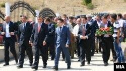 Делегацијата на владата на Македонија предводена од заменик претседателот Муса Џафери положи цвеќе на споменик на припадниците на ОНА во Слупчане.