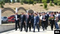 Делегацијата која положи цвеќе на споменик на припадниците на ОНА во село Слупчане – општина Ликово