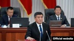 Прем'єр-міністр Киргизстану Сооронбай Жеенбеков складає присягу, 28 квітня 2016 року