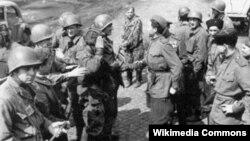 Встреча на Эльбе американских и советских солдат. 25 апреля 1945 года, Германия