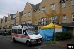 Експерти з радіаційної безпеки обстежують будинок Олександра Литвиненка в Лондоні. 24 листопада 2006 року