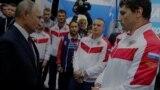 Президент России Владимир Путин и российские спортсмены.