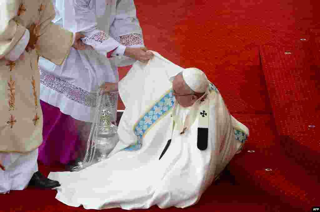 Польшча: Папу Францішку дапамагаюць устаць пасьля таго, я ён спатыкнуўся.