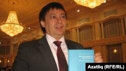 Казан галиме Олег Хисамов Удмуртия татарларына багышланган китап белән