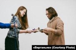 Дэбют 2017. Міхал Бараноўскі атрымлівае прыз з рук Насты Кудасавай