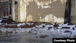 Ордабасы ауданы, Темірлан ауылында су басып, құлағалы тұрған үй. Оңтүстік Қазақстан облысы, 23 ақпан 2012 жыл.