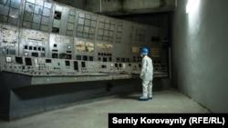 Мужчина смотрит на покрытый грибком пульт управления на Чернобыльской АЭС