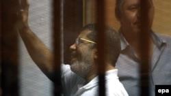 Mohammed Morsi gjatë një seance gjyqësore më 18 gusht 2014 në Kajro