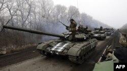 Колонна военного автотранспорта украинской армии движется в Дебальцево Донецкой области. 14 февраля 2015 года.