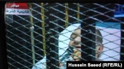 مبارك في قفص الاتهام ممد على سرير طبي