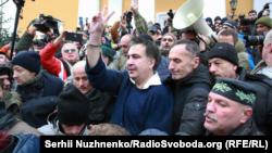 Михаил Саакашвили жақтастарының ортасында. Киев. 5 қараша, 2017 жыл.