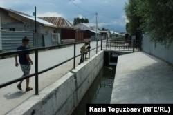 Построенный после Шаныракских событий канал, предотвращающий образование весенних и ливневых паводков в микрорайоне Шанырак. Алматы, 29 июня 2018 года.