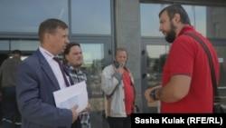 Сергей Дылевский у проходной МТЗ беседует с представителем администрации завода