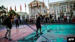 Zgrada Vlade bila je, kao i druge institucije u Skoplju, meta 'Šarene revolucije'
