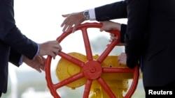 """Чанбар дар дасти """"Газпром"""" аст, ки лӯлаашро кушояд ба тарафи Украина ё ..."""