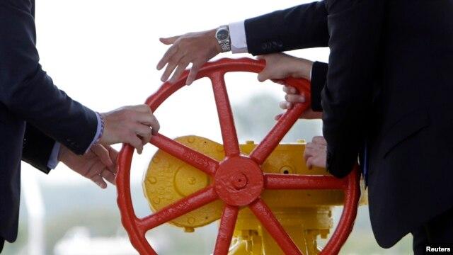 """""""Газпром"""" включается в политику поворотом вентиля на газовой трубе"""