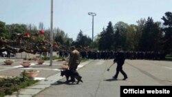 Співробітники поліції перевіряють інформацію про замінування Будинку профспілок, Одеса, 2 травня 2017 року