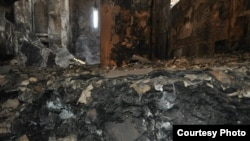 Запах гари, копоть, полуобвалившиеся стены и горы мусора высотой в два-три метра, продолжающие тлеть после недавнего пожара, - так вчера выглядела церковь Сурб Ншан, расположенная на одной из тбилисских улиц в старой части города (фото Елены Мечитовой)