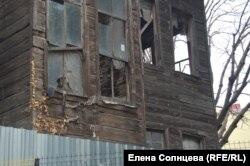 Одно из строений в трущобах, готовое к сносу
