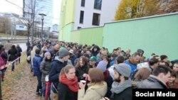În fața Consulatului României de la Munchen cu ocazia alegerilor prezidențiale (Courtesy: Gertrud Dumitrescu)