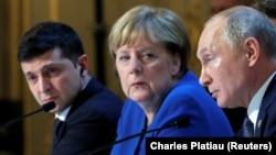 (çepden saga) Ukrainanyň prezidenti Wolodymyr Zelenskiý, Germaniýanyň kansleri Angela Merkel we rus prezidenti Wladimir Putin bilelikdäki metbugat ýygnagyna gatnaşýarlar. Pariž. 8-nji dekabr, 2019 ý.