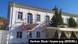 Дом №1 на набережной Назукина – бывшая аптека М.О. Золотницкого