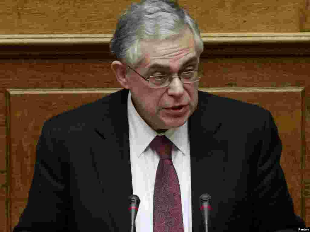 Grčki premijer Lukas Papademos obraća se poslanicima u paralmentu koji je usvojio paket mera štednje